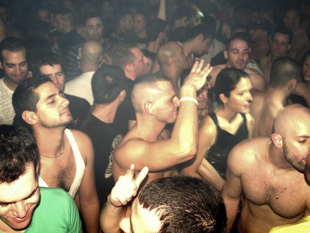 Faceci hetero pod wpływem alkoholu chętniej zgadzają się na seks gejowski | BADANIE